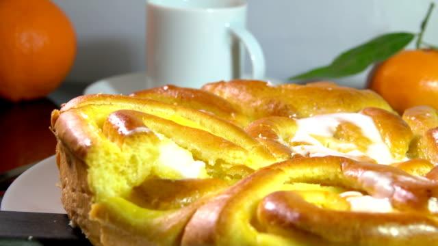 tatlı çörekler fransız krema ile pişmiş ile kahvaltı - kek dilimi stok videoları ve detay görüntü çekimi