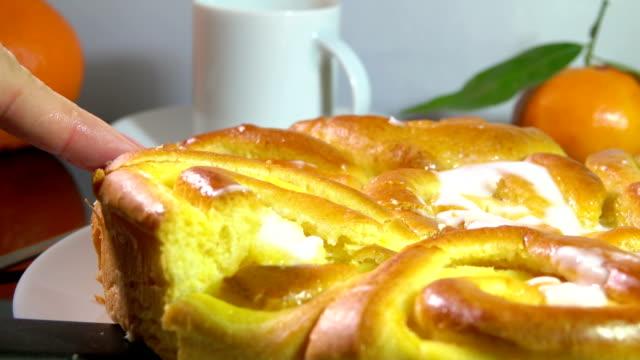 tatlı çörekler fransız krema ile pişmiş ile kahvaltı - muhallebi stok videoları ve detay görüntü çekimi