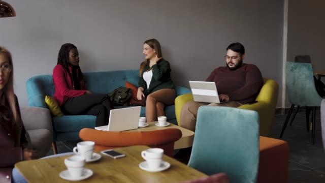 vídeos de stock e filmes b-roll de breaking away from the office to do business - cantina