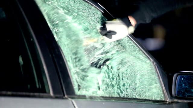breaking car window - вор стоковые видео и кадры b-roll