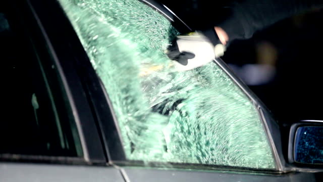 vídeos de stock e filmes b-roll de breaking car window - ladrão