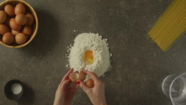 vidéos et rushes de casser des œufs - recette