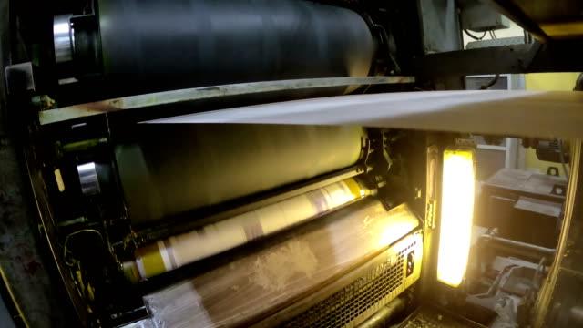 breaking nyheter ur en tidning offsettryck pappersrulle - paper mass bildbanksvideor och videomaterial från bakom kulisserna
