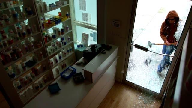 vídeos de stock e filmes b-roll de breaking retail store glass door - roubar crime