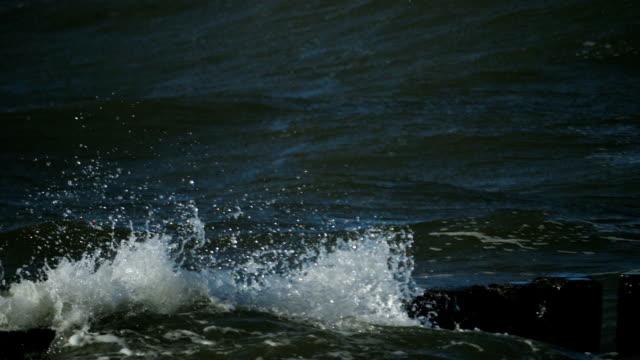breakwater.crashing wellen. massen von sand, die von den wellen getragen. schönes wetter und perfektes licht. blick von der meer-küste. version 6 - ostsee stock-videos und b-roll-filmmaterial