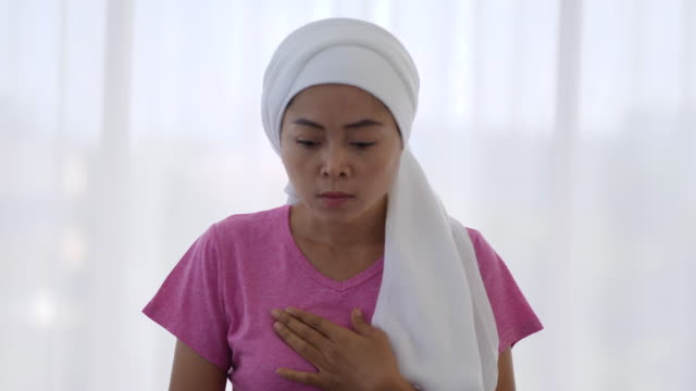 meme kanseri hastaları ağrı ile göğüs basın - breast cancer awareness stok videoları ve detay görüntü çekimi