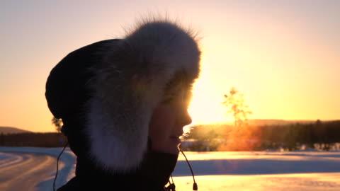 vidéos et rushes de close up: respirer la vapeur sortant de la bouche de la jeune femme sur une froide journée d'hiver - froid