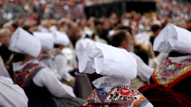 vidéos et rushes de bretonian femmes en costume national - bretagne
