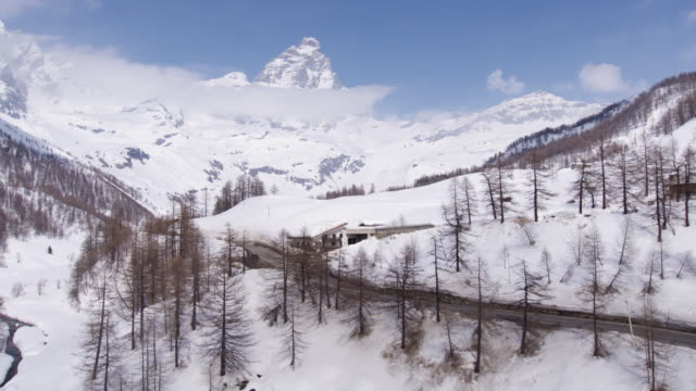 stockvideo's en b-roll-footage met breuil-cervinia in valle d'aosta - italië - matterhorn
