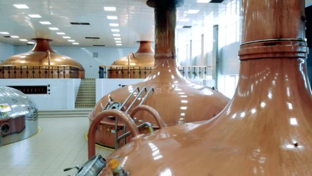 vídeos de stock e filmes b-roll de brewery facility with various canisters - cisterna água parada