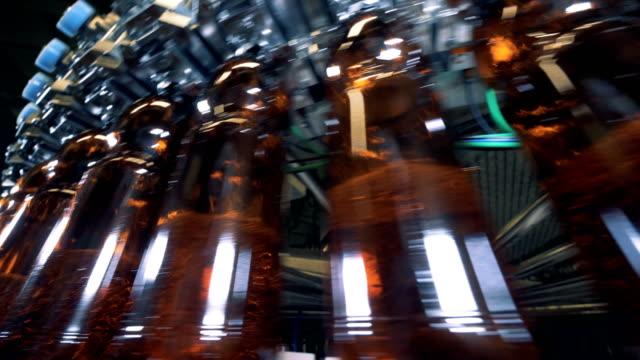 bryggeriet maskin fylla många plastflaskor, närbild. - pet bottles bildbanksvideor och videomaterial från bakom kulisserna