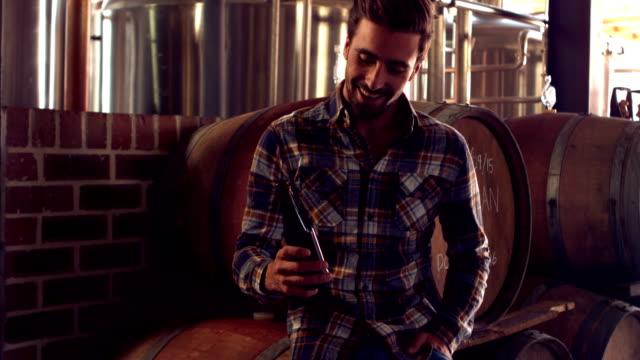 Fabbrica Operaio brindando con una bottiglia di birra - video