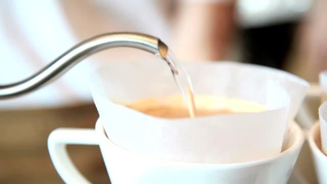 淹れたてのコーヒー - バリスタ点の映像素材/bロール