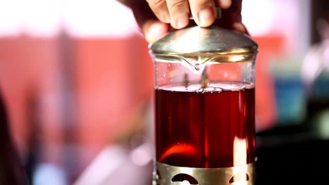 vídeos de stock, filmes e b-roll de folhas de chá da fabricação de cerveja em um jarro - chá flutuante em decocção de chá - tea drinks