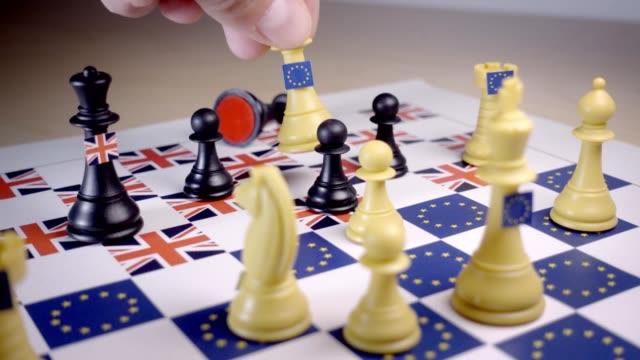 brexit strategi schackbräde, schackmatt med vita eu drottningen. - brexit bildbanksvideor och videomaterial från bakom kulisserna