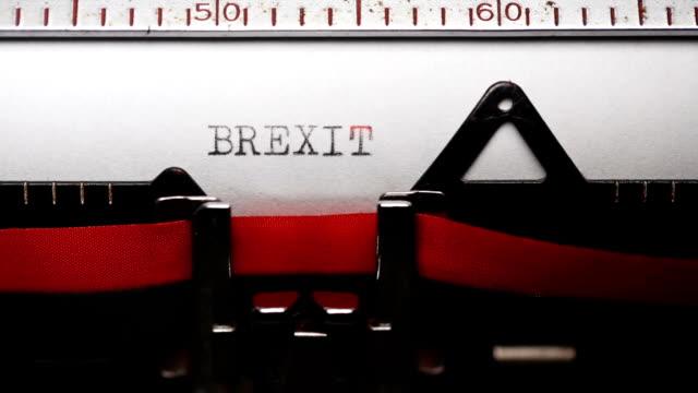 brexit - att skriva med en gammal skrivmaskin - brexit bildbanksvideor och videomaterial från bakom kulisserna