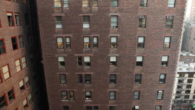vídeos y material grabado en eventos de stock de edificio de apartamentos de ladrillo en la ciudad de nueva york - memorial day