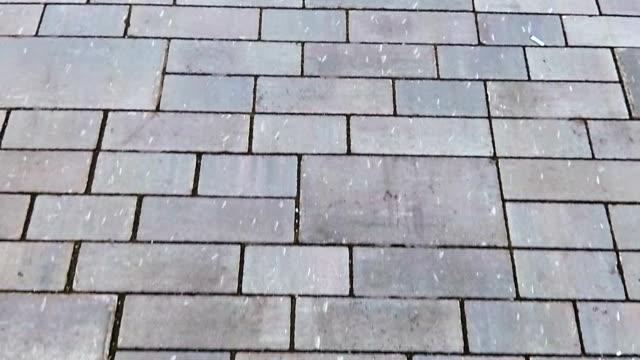 vídeos de stock, filmes e b-roll de pavimento de tijolo telha - calçada