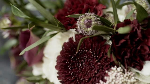 vídeos de stock, filmes e b-roll de bouquet de noiva em um quarto interior, o buquê da noiva, o movimento da câmera ao longo - rústico