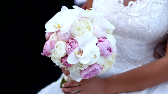 bridal bouquet of roses and tulips - триллиум стоковые видео и кадры b-roll