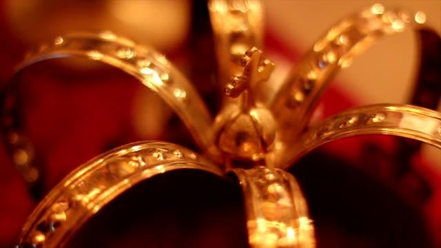 vídeos de stock e filmes b-roll de coroa de vestidos de noiva - coroa