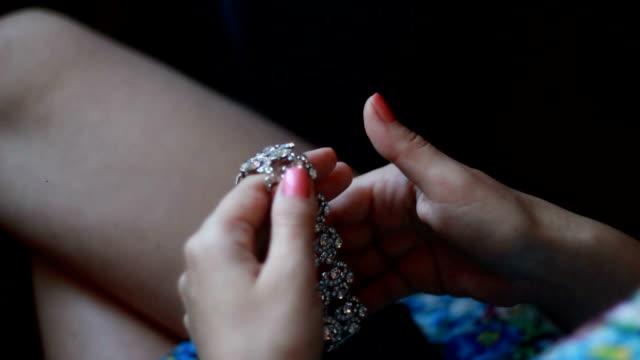 букет невесты подготовки, на который украшения, сосредоточиться на браслет - браслет стоковые видео и кадры b-roll