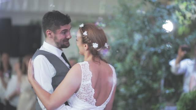 vídeos y material grabado en eventos de stock de juntos bailando su primer baile de novios - novio relación humana