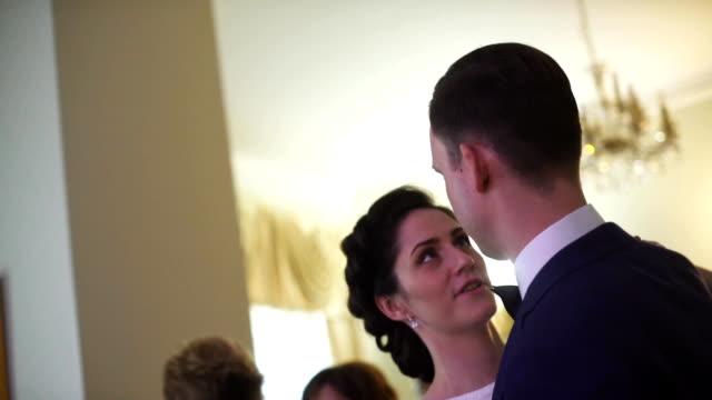 vídeos de stock, filmes e b-roll de noiva e noivo dançando valsa - eventos de gala