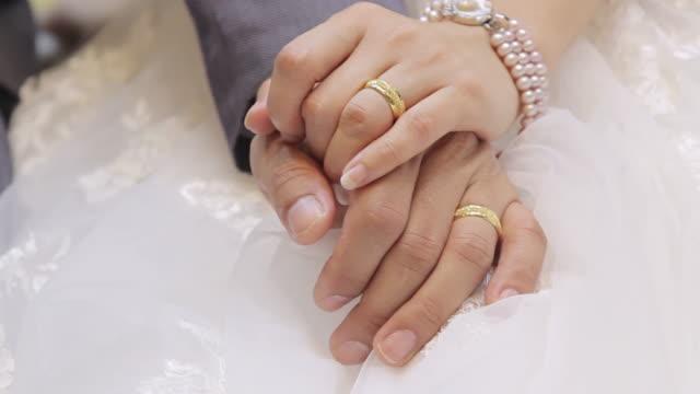 sposo e sposa con le mani con fedi nuziali - mano donna dita unite video stock e b–roll