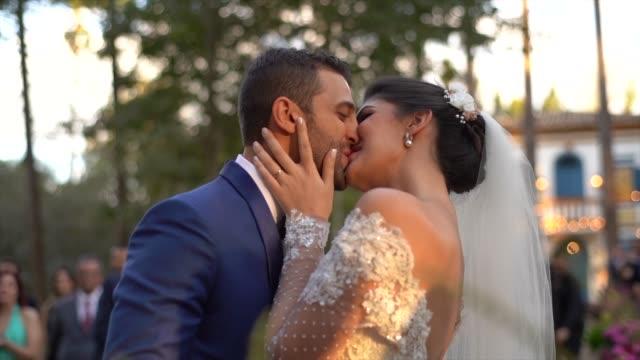 vídeos y material grabado en eventos de stock de novia y novio besándose en el altar - novio relación humana