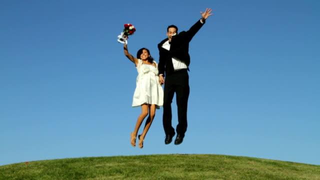 花嫁と花婿に屋外のスカイジャンプ - 結婚式点の映像素材/bロール