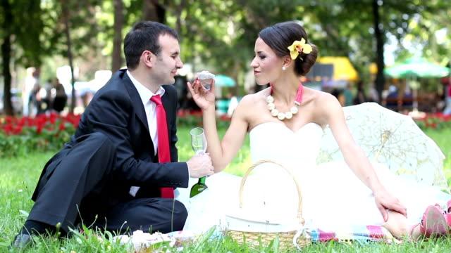 bride and groom - cupcake bildbanksvideor och videomaterial från bakom kulisserna