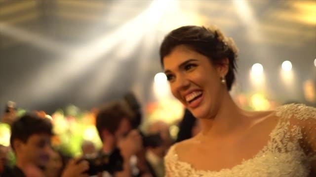 vídeos y material grabado en eventos de stock de baile de novias durante la fiesta de bodas - novio relación humana