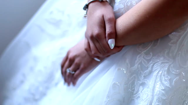 Manos de la novia con el anillo. Close-up - vídeo