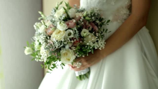 bride holding a wedd bouquet - trillium video stock e b–roll
