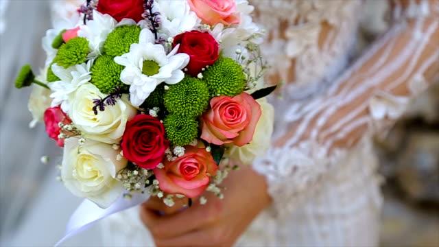 Novia con un ramo de novia - vídeo