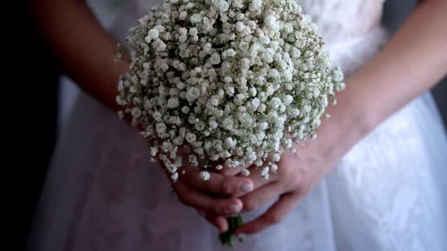 bride holding a wedding bouquet - trillium video stock e b–roll