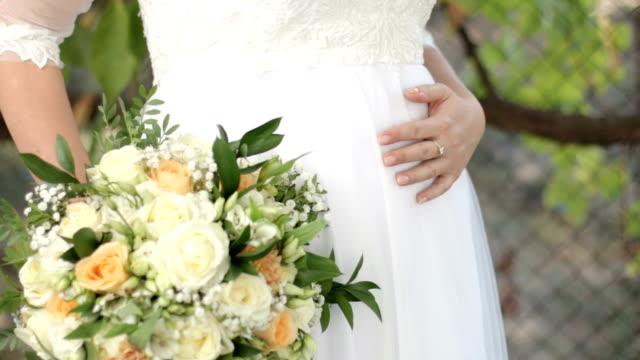 bride holding wedding bouquet - trillium video stock e b–roll