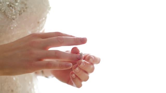 stockvideo's en b-roll-footage met bruid zet trouwring op haar hand - ring juweel