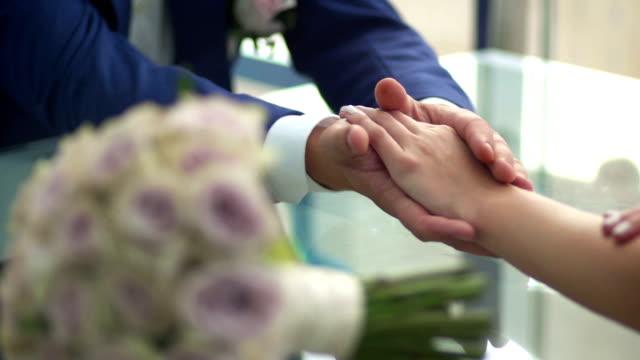 sposa stroking mani della sposa - mano donna dita unite video stock e b–roll