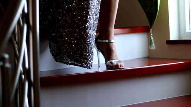 階段を降りて花嫁 - ウェディングファッション点の映像素材/bロール