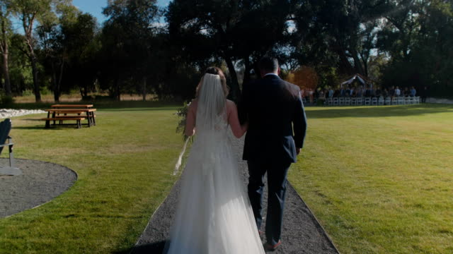 bride walking with her father - matrimonio video stock e b–roll