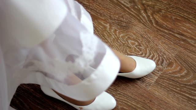 Mariée porte des chaussures blanches - Vidéo