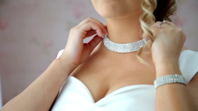 stockvideo's en b-roll-footage met bruid bruiloft ketting - halsketting