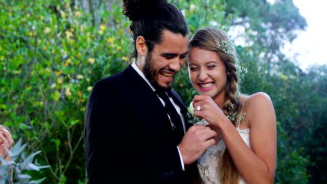 stockvideo's en b-roll-footage met bruid met trouwring, knuffelen de bruid bruidegom 4k 4k - halsketting