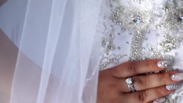 sposa di mano - mano donna dita unite video stock e b–roll