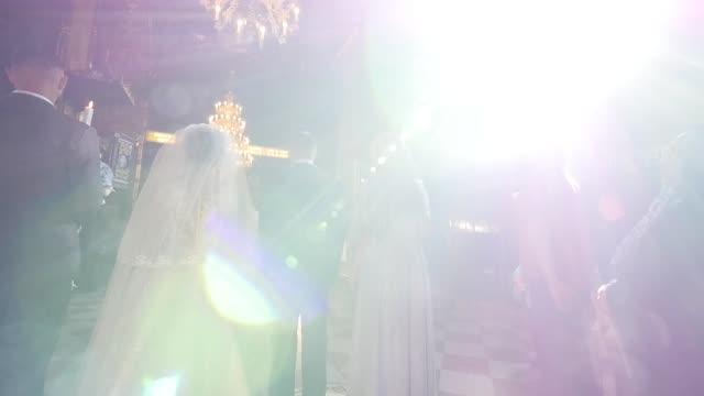 vídeos y material grabado en eventos de stock de novias en la iglesia - casados