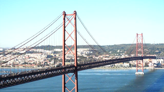 Ponte 25 de Abril Ponte 25 de Abril no rio Tejo em Lisboa Portugal ponte 25 de abril stock videos & royalty-free footage