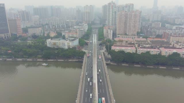 vidéos et rushes de pont à guangzhou, trafic automobile et paysage urbain. guangdong, chine. vue aérienne - inclinaison vers le haut