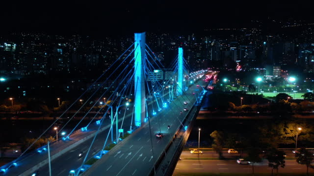 geceye göre medellin köprüsü - kolombiya stok videoları ve detay görüntü çekimi